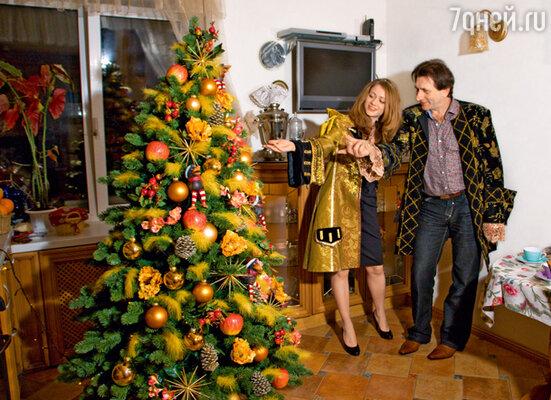 В новогоднюю ночь Князевы планируют устроить карнавал. Для этого Евгений принес из костюмерной театра камзолы — себе и дочкам