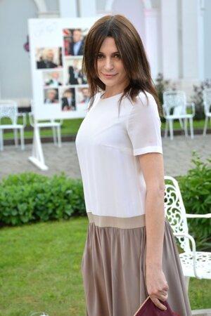Оксана Фандера обладает не только притягательной внешностью, но и умением эффектно подчеркнуть свои достоинства при помощи одежды