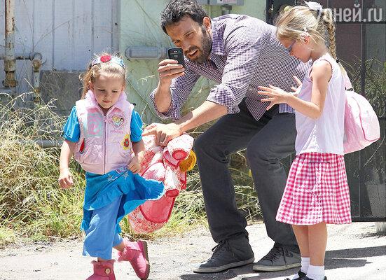 Бен Эффлек с дочерьми Вайолет Энн и Серафиной Роуз