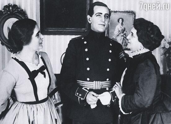 Раиса (слева) была моложе Дальского на двадцать с лишним лет, этот брак подвел черту  под всей его предыдущей жизнью. Кадр из фильма «Дворец и крепость»