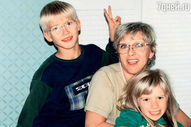 Алиса Фрейндлих с внуками Никитой и Аней
