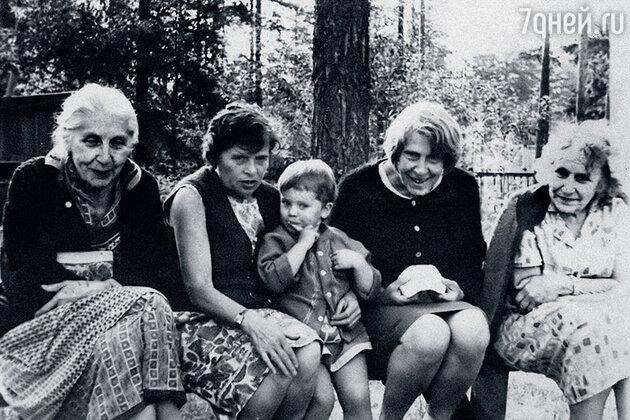 Со мной все мои бабушки (слева направо): Ольга Константиновна — мама моего отца, Ксения Федоровна — мамина мама, Дагмара Артуровна (сестра дедушки Бруно) и Татьяна Константиновна — папина тетя