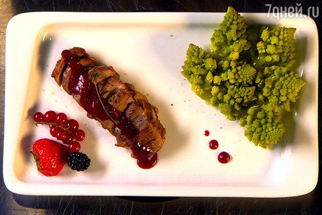 Запеченная утка с капустой и ягодным соусом: рецепт от шеф-повара Александра Бельковича