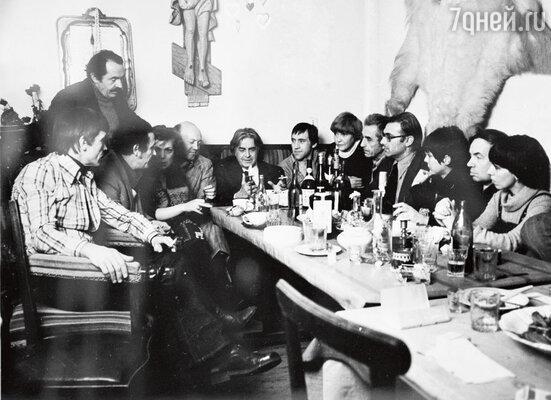 «На «Таганке» было немало пьющих актеров. Периодически Любимов грозил увольнением то Высоцкому с Золотухиным, то Бортнику». В Театре на Таганке, в кабинете Юрия Любимова