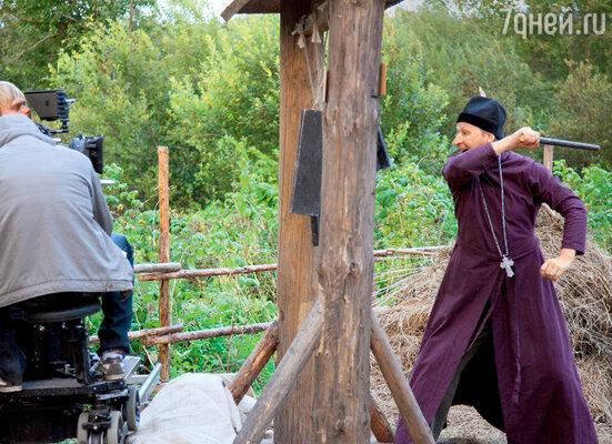 Священник бьет в набат — снимается сцена захвата деревни силовиками