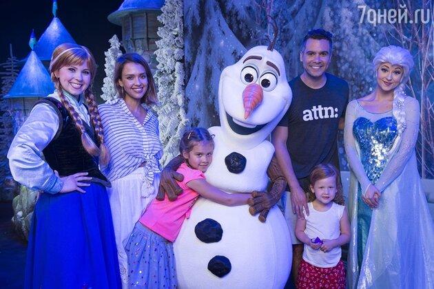 Джессика Альба с мужем и детьми