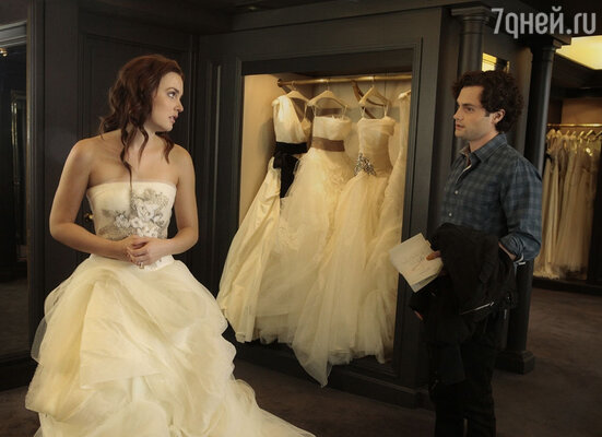 Несмотря на обилие цветов, идей и фасонов, самым желанным вечерним нарядом для девушки было и остается свадебное платье. Блэр в образе невесты демонстрирует шедевр от Vera Wang - пышное платье с вышивкой.