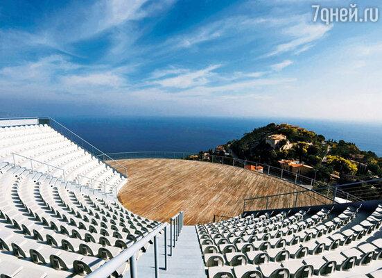 Амфитеатр на 500 мест — здесь проходят всевозможные музыкальные концерты и фестивали