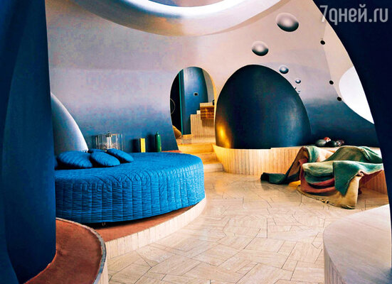 В офисе Кардена почти вся мебель и предметы интерьера созданы им самим — из современных материалов, позволяющих создавать самые разнообразные формы