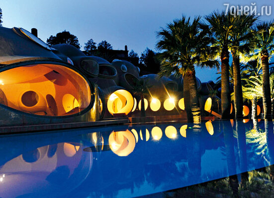Ночью «пузырчатый дворец» выглядит как марсианское чудо, привлекая внимание туристов и ценителей авангардных диковин и в то же время вызывая гнев у обитателей близлежащих вилл в классическом буржуазном стиле