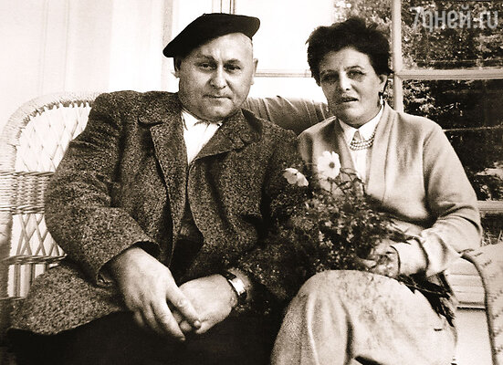 Мои родители — Аркадий Николаевич Васильев и Тамара Степановна Новацкая — на даче в Переделкино