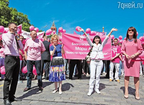 На протяжении многих лет благотворительная программа «Вместе против рака груди», чьим послом в России я являюсь, устраивает марш