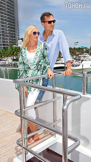 Кристина Орбакайте с мужем Михаилом Земцовым на прогулке в Майами. 2012 г.