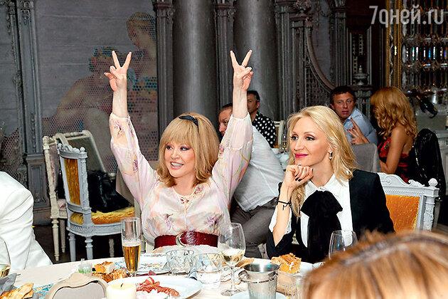 Кристина Орбакайте на своем дне рождения в одном из ресторанов Москвы с мамой Аллой Пугачевой. 2013 г.