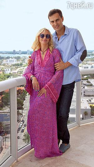 Кристина Орбакайте на балконе своей квартиры в Майами. С мужем Михаилом Земцовым. 2012 г.