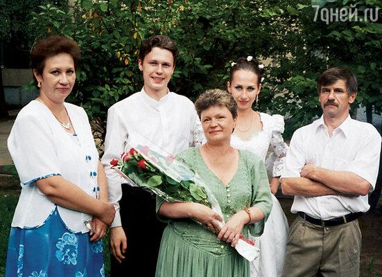 Наша свадьба. Мы с Ирой, ее родители и моя мама — в центре