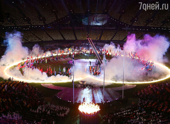 Гимн Великобритании исполнила слепая певица, а на сценах стадиона происходила костюмированная феерия, посвященная всем земным стихиям