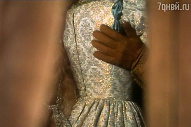 Один из ключевых моментов картины — де Бюсси опознан по перчаткам