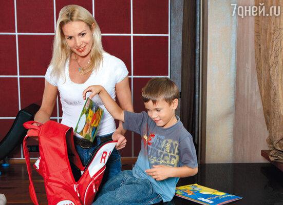 Ирина Лобачева помогает сыну Мартину собирать ранец