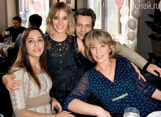 Наташа с мамой Татьяной Михайловной, папой Ильей Ефимовичем и старшей сестрой Александрой на торжественном обеде