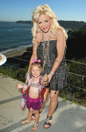 Кейси с приемной дочерью Авой Монро