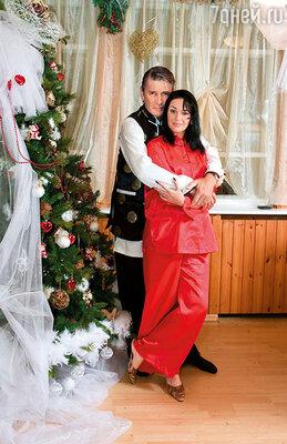 Юля ушла от мужа. Теперь они с Сашей не расставались. Она постоянно сидела у него на коленях, целовала, никого не стеснялась