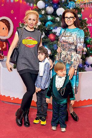Анастасия Гребенкина с сыном Иваном и Эвелина Блёданс с сыном Семёном