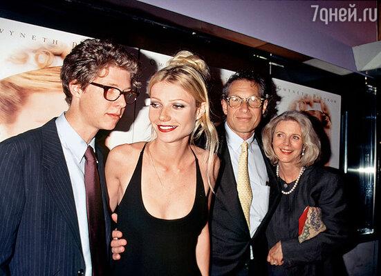Несгибаемость характера и вечная убежденность Гвен в собственной правоте были воспитаны  семьей. С родителями и братом на премьере «Эммы». Нью-Йорк, 1996 г.