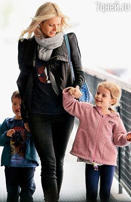 После разрыва с Крисом Гвинет планирует добиться единоличной опеки над детьми...  (С Мозесом Мартином  и Эппл Мартин. Нью-Йорк, апрель 2010 г.)