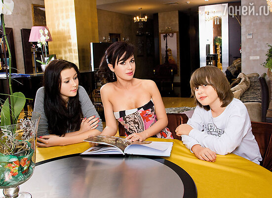 Однажды в съемках «Няни» участвовала моя дочь, которая должна была сыграть меня маленькую,  я — соответственно молодую Любовь Григорьевну, она — бабушку.  Настя с детьми Анной и Майклом, 2005 г.