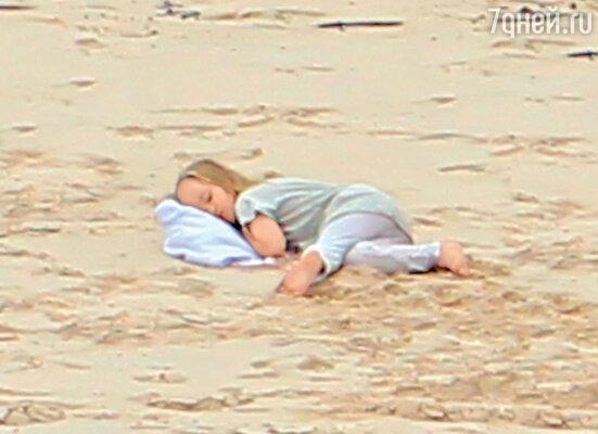Трехлетняя Вивьен Маршелин набегалась и заснула прямо на пляже