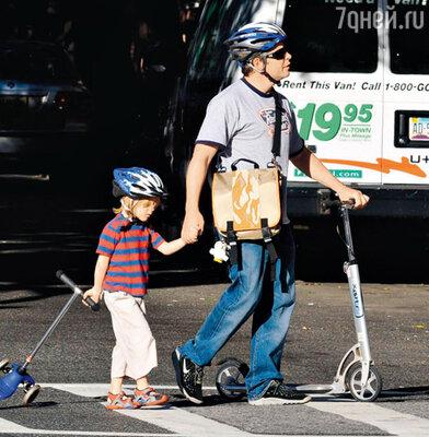 Мэттью Бродерик на прогулке с сыном Джеймсом Уилки