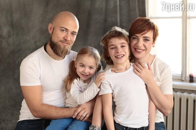 Тутта Ларсен с мужем Валерием Колосковым, сыном Лукой и дочерью Марфой