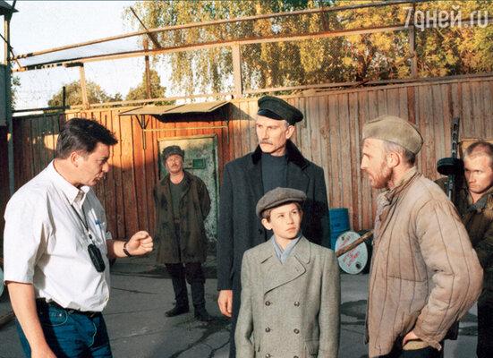 Слева направо: режиссер Игорь Ахмедов, Евгений Радченко (Алексей), Владимир Ровинский (отец Алексея) и Алексей Малашкин (капитан Зимин)