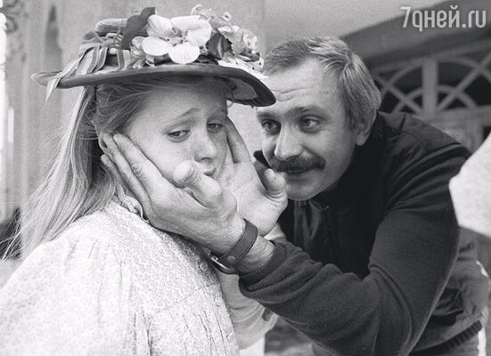 В фильме «Очи черные» Аня играла вместе с дочкой Мастроянни — Кьярой. (Никита Михалков с Анной, которая снимается в массовке)