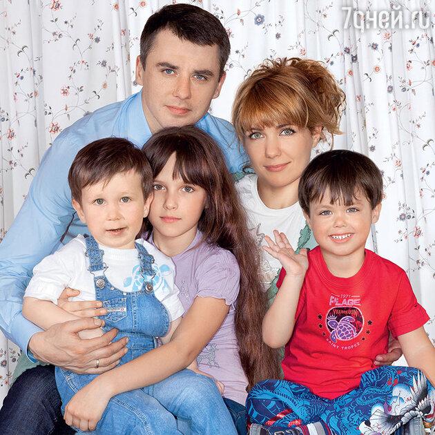 Екатерина Климова с бывшим мужем Игорем Петренко и детьми Корнеем, Лизой и Матвеем. 2011 г.