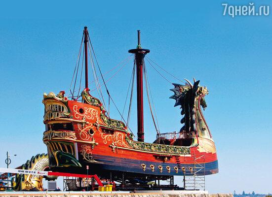 «Покоритель зари» впечатлял своими солидными для парусного корабля размерами — тридцатьшесть  споловиной метров в длину,  чуть больше девяти метров вширину и восемьдесят тонн весом