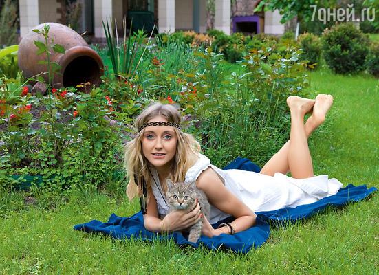 Ева в саду около загородного дома своих родителей под Киевом
