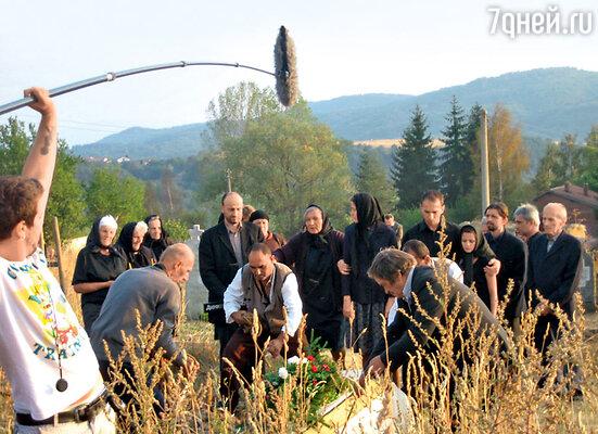 Ванга потеряла мужа в1962 году. Снимается сцена похорон ДимитраГущерова
