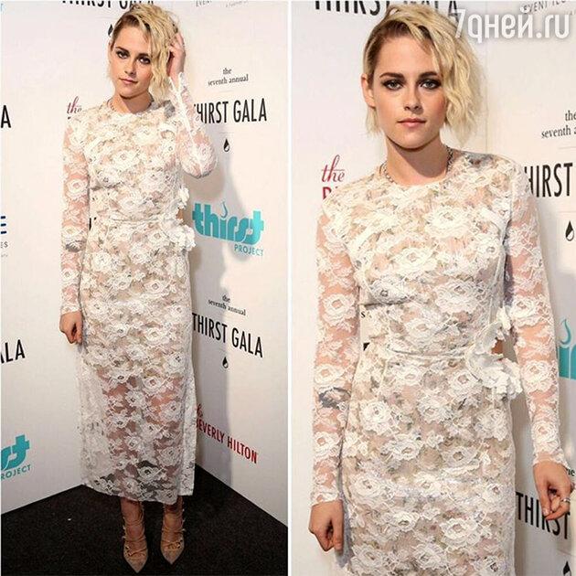 В белом кружевном платье от Preen