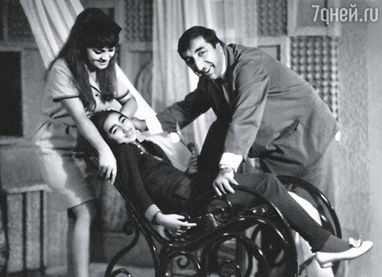 Молодая семья поселилась у Мкртчяна в центре Еревана в квартире, которую он к тому времени получил. Фрунзик с женой Донарой и дочерью Нунэ