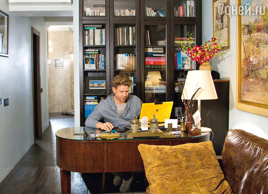 Кабинет — любимое место хозяина квартиры. Среди книг за Митиной спиной — учебники по педиатрии: по первой профессии Фомин — детский врач