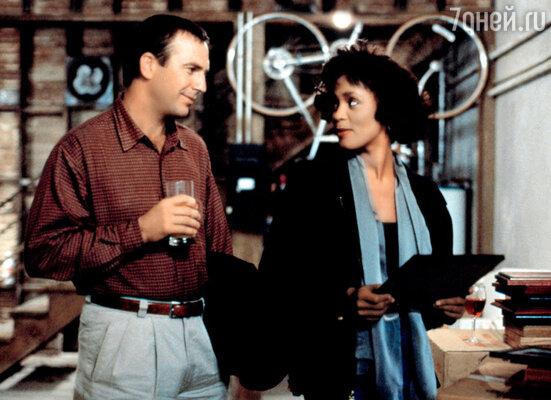 С Кевином Костнером. Кадр из фильма «Телохранитель», принесшего Хьюстон бешеную славу. 1992 г.