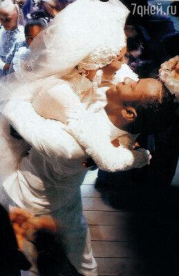 Марципановые фигурки жениха и невесты сосвадебного торта молодожены бережно сняли иубрали вморозильную камеру, чтобы достать водин из юбилеев свадьбы. Не довелось... С Бобби Брауном. 1992 г.