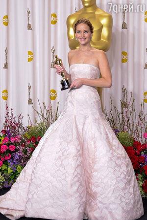 Дженнифер Лоуренс со статуэткой Оскар. 2013 год