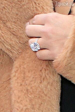 В подтверждение своих чувств Канье вручил Ким золотое кольцо с бриллиантом в 15 карат от известного ювелирного бренда Lorraine Schwartz
