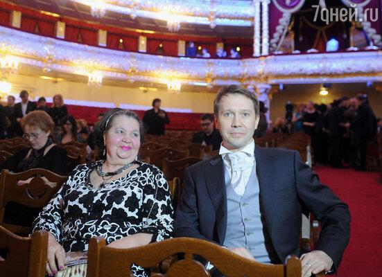 Евгений Миронов с мамой Тамарой Петровной нацеремонии вручения театральной премии «Золотая маска»