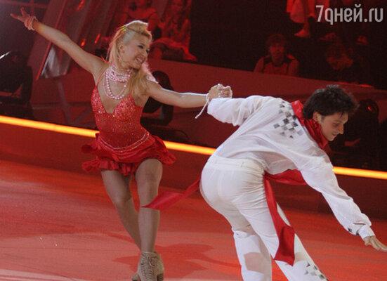 Анастасия Гребенкина и певец Сергей Лазарев в программе «Танцы на льду »