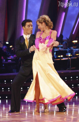 В программе «Танцы со звездами» Хизер исполняла самбу с Джонатаном Робертсом и... упала, подвернув изувеченную ногу