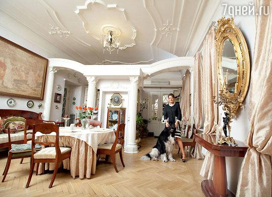 Анастасия Мельникова в столовой с любимцем семьи Винни